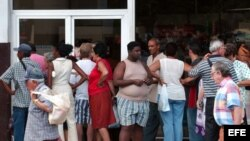"""Varias personas hacen cola en la entrada de la repostería """"La isla de Cuba"""", ubicada en el barrio de La Habana Vieja"""