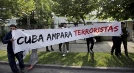 Miembros del UDI protestan frente a la embajada cubana en Chile.