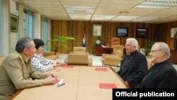 Raúl Castro se reúne en mayo de 2010 con los arzobispos de La Habana y Santiago de Cuba, Jaime Ortega y Dionisio García para hallar una solución a los presos políticos y la huelga de Fariñas.