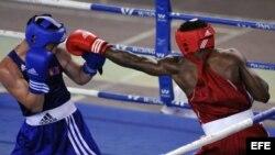 El cubano Arisnoide Despaigne (d) se enfrenta al boxeador de Mongolia Byamba Tuvshinbat (i), en la división de 69 Kg, en la final del XLIII Torneo Internacional de Boxeo Giraldo Córdova Cardín, en La Habana (Cuba).