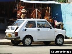 Fiat con el maletero abierto para evitar calentamiento.