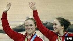 Las ciclistas de Canadá Kate O'Brien (i) y Monique Sulivan posan con la medalla de oro durante la final de velocidad por equipos.
