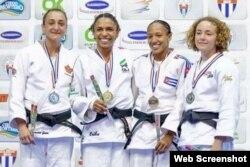 Angélica Delgado (d), medalla de bronce en el Panamericano de La Habana.