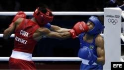 El cubano Lázaro Alvarez Estrada (rojo) y el brasileño Robenilson Vieira de Jesús durante el combate de cuartos en la categoría de Bantam 56 kilos hoy, 5 de agosto de 2012, en el Excel de Londres.