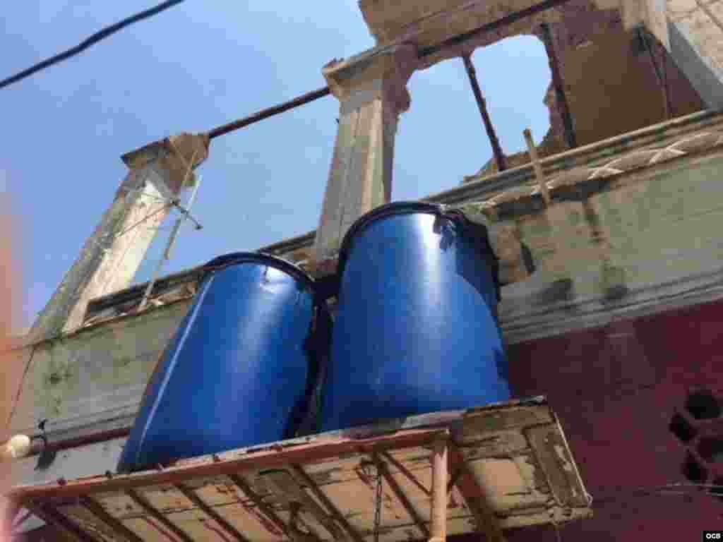 Dos envases de agua en el Vedado.