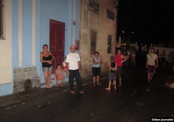 Vecinos del edificio pasaron la noche en la calle. (Foto: Cubanet)