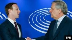 El fundador de Facebook, Mark Zuckerberg, saluda al presidente del Parlamento Europeo, Antonio Tajani.