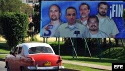 Valla en La Habana de los 5 espías durante la frenética campaña emprendida por el régimen cubano para obtener su liberación.