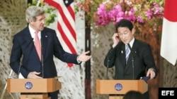 El secretario de Estado estadounidense, John Kerry (izq), durante una conferencia de prensa conjunta con el canciller japonés, Fumio Kishida (dcha), en Tokio.