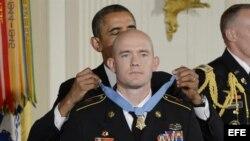 Barack Obama condecora al sargento de las Fuerzas Armadas de Estados Unidos Ty M. Carter con una medalla de honor por valentía sobresaliente.
