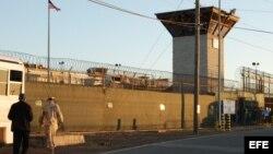 Vista de la entrada al campamento VI de la Base Naval de Guantánamo, 2012.