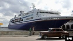 Crucero académico M.V. Explorer, fondeado en La Habana.