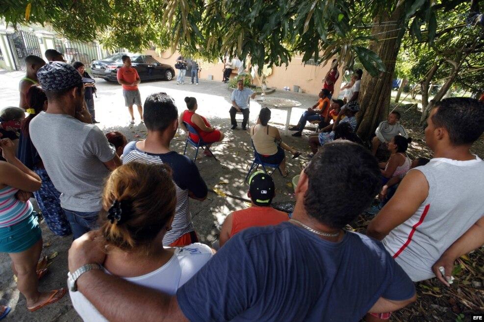 El director de la Pastoral Social de Cáritas Panamá, Víctor Berrío (c), informa sobre las novedades migratorias anunciadas ayer por Estados Unidos a un grupo de cubanos en un albergue de la institución hoy, viernes, 13 de enero de 2017, en Ciudad de Pana
