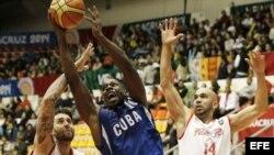 William Granda (c) de Cuba, trata de encestar durante un partido por la medalla de bronce en los XXII Juegos Centroamericanos y del Caribe Veracruz 2014.