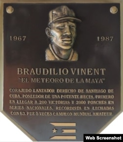Placa de reconocimiento al ex pitcher cubano Braudilio Vinent.