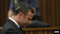 El atleta paralímpico Oscar Pistorius llora sentado en el banquillo del Tribunal Superior de Pretoria hoy, jueves 11 de septiembre de 2014.