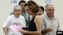 Una mujer revisa unos papeles después de votar en un colegio electoral en California.