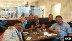 De izquierda a derecha los cinco cubanos y el mexicano a su llegada a Ecuador.