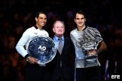 El ex campeón australiano de tenis Rod Laver (C) en la ceremonia de premiación de Roger Federer (d) y Rafael Nadal (i) en el Abierto de Australia.