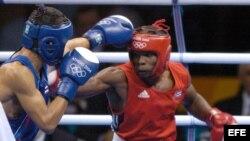 Foto de archivo. Guillermo Rigondeaux (rojo) pelea contra el tailandés Worapoj Petchkoom (azul) en los Juegos Olímpicos de Atenas 2004.
