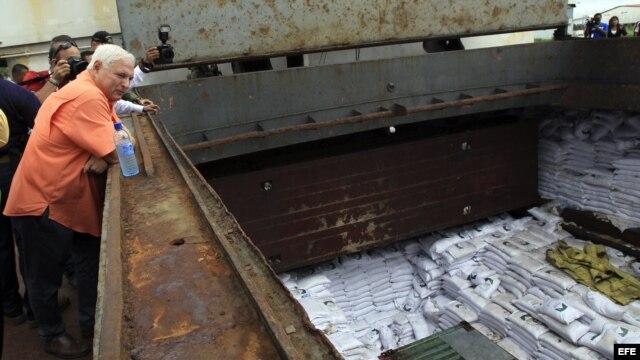 El presidente panameño, Ricardo Martinelli (i), observa los contenedores ocultos entre sacos de azúcar y que presumiblemente contienen material bélico, dentro del barco norcoreano Chong Chon Gang hoy, martes 16 de julio de 2013, en el muelle de Manzanillo