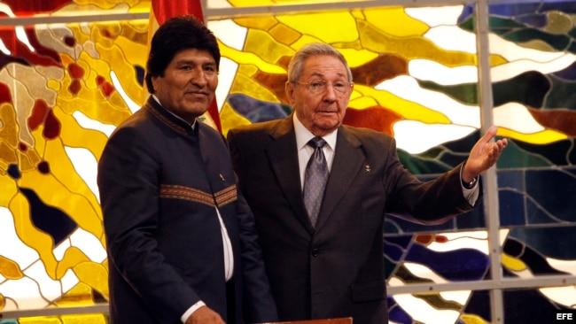 Raúl Castro y Evo Morales en la firma de un convenio marco para promover y desarrollar mecanismos y programas para la cooperación bilateral en diversas áreas de la economía, la salud, la educación y la cultura, en La Habana.