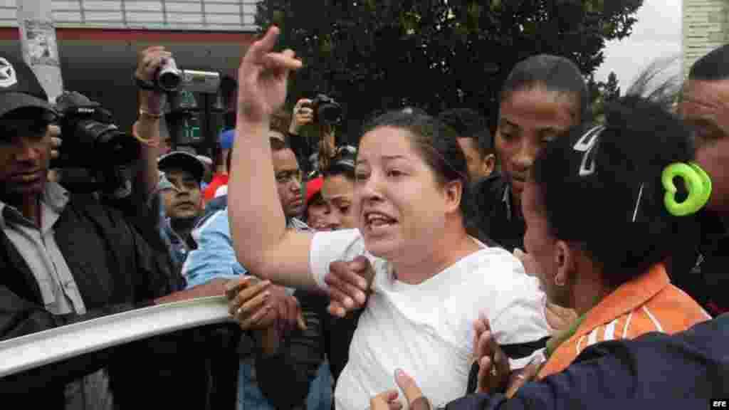 Una Damas de Blanco es arrestada durante una manifestación en una céntrica calle de La Habana.