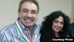 Hansel junto a Nancy Elías, la presentadora de El Encanto.