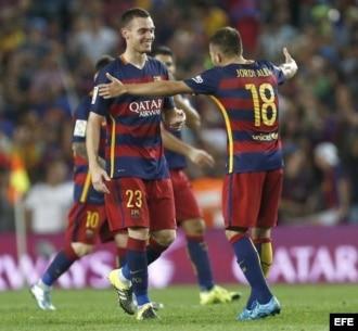 El defensa belga del FC Barcelona Thomas Vermaelen (i) celebra su gol con Jordi Alba.