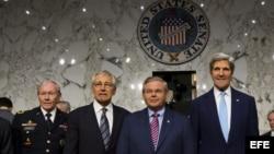 El Secretario de Estado de Estados Unidos John Kerry (d), el senador estadounidense Robert Menendez (2-d), el secretario de defensa Chuck Hagel (2-i), y el presidente de asuntos conjuntos el general Martin Dempsey (i).