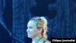 Esta espontánea sale al escenario en una representación del Ballet Nacional de Cuba.