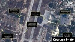 Aviones y helicópteros rusos en aeropuerto sirio.