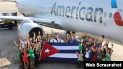 Empleados de American Airlines, que recibió permiso para 56 vuelos semanales a Cuba, posan con la bandera cubana. (Foto: American Airlines)