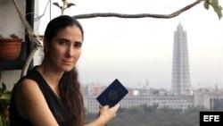 Yoani, en el balcón de su apartamento, pasaporte en mano