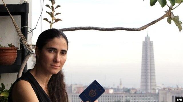 Yoani, en el balcón de su apartamento, pasaporte en mano.