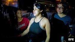"""Venus Medina, entre los presos políticos venezolanos que fueron liberados, habla con familiares en las inmediaciones de """"El Helicoide""""."""