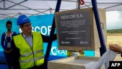 El Vicepresidente Ejecutivo y Jefe para las Americas de Nestlé Laurent Freixe (izq), coloca la primera piedra de la fábrica Nescor S.A en la Zona Especial de Desarrollo de Mariel, Cuba, el 28 de noviembre de 2017..