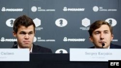 (i-e) Magnus Carlsen y Serguéi Kariakin durante una rueda de prensa en Nueva York.