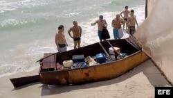 Un grupo de 14 inmigrantes cubanos llega a Miami Beach en una balsa. EFE.