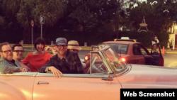 Trina Turk junto a su esposo y amigos de paseo en un convertible por La Habana.