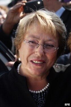 La candidata presidencial Michelle Bachelet, de la coalición opositora de centroizquierda y favorita en las encuestas, participa hoy, lunes 05 de agosto de 2013, durante un nuevo día de campaña política en Santiago de Chile (Chile), tras dos semanas de va