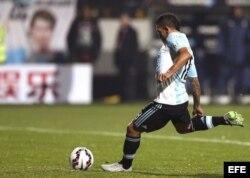 El delantero argentino Carlos Tévez lanza el penalti que dio la victoria a Argentina.