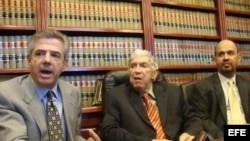 El anticastrista Luis Posada Carriles (c) junto a sus abogados Arturo Hernández (izq.) y Felipe D.J. Millan (dch.a) el 8 de abril 2011, durante la rueda de prensa celebrada en las oficinas de Millan en El Paso, Texas.