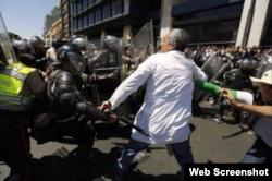 Golpean a un médico venezolano.