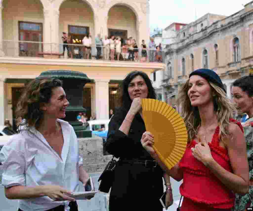 La súpermodelo brasileña Gisele Bündchen (d) con la editora jefa de Vogue Paris, Emmanuelle Alt (c) al en el desfile de Chanel.