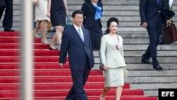 El presidente chino, Xi Jinping (c), y su esposa Peng Liyuan