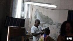 Un hombre se corta el cabello en una barbería privada en La Habana. Cuba paralizó temporalmente la entrega de licencias a restaurantes privados y casas de renta turísticas, entre otras actividades.