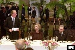 El Rey don Juan Carlos pronuncia un discurso durante la cena de gala ofrecida por Fidel Castro (d) en el Palacio de la Revolución, los mandatarios que asisten a la IX Cumbre Iberoamericana