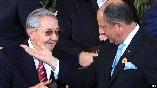 Raúl Castro (i) habla con el presidente de Costa Rica, Luis Guillermo Solís en la cumbre de la CELAC. (Imagen de Archivo)