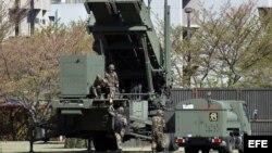 Soldados de la Fuerza Terrestre de Autodefensa de Japón preparan un vehículo-lanzador de misiles tierra- aire